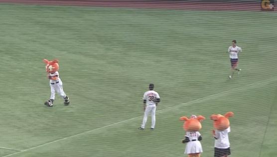 逃げるジャビット、追う鈴木選手